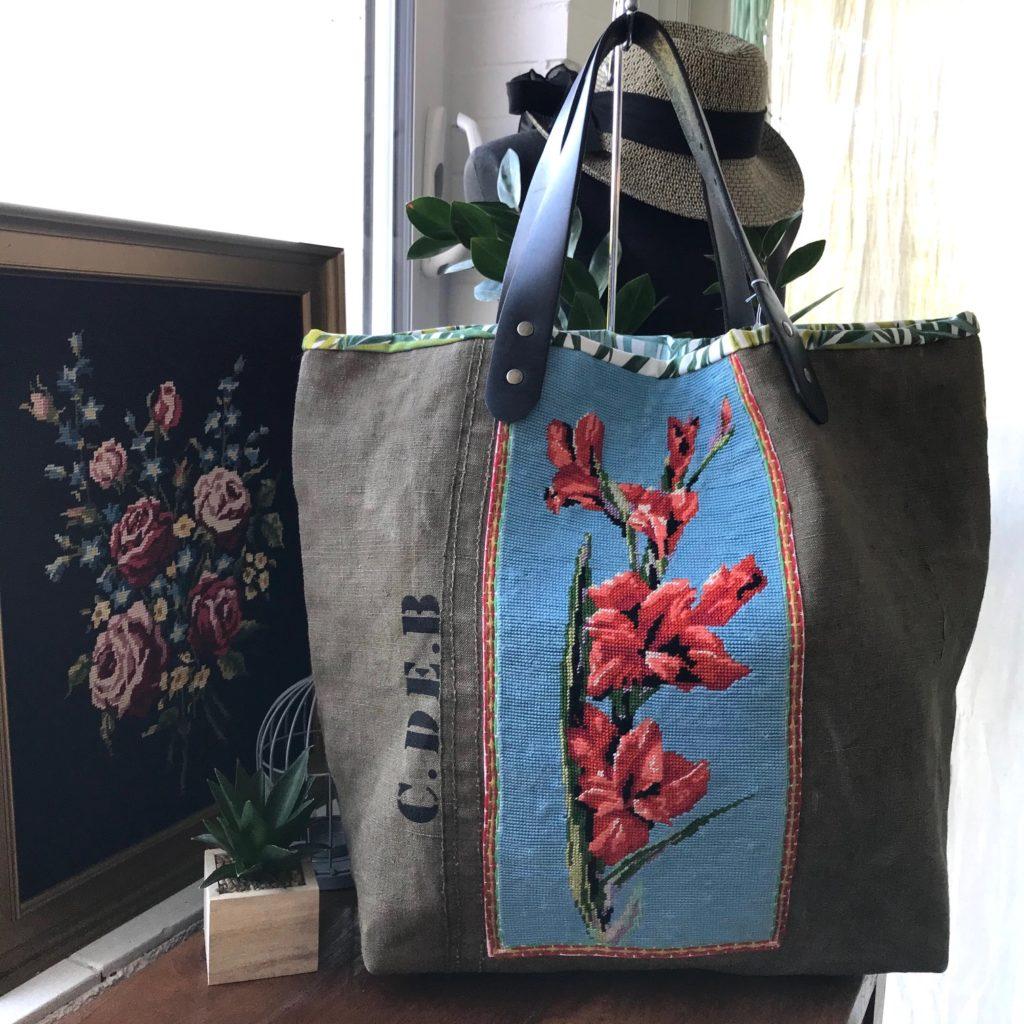 sac avec des roses trémières