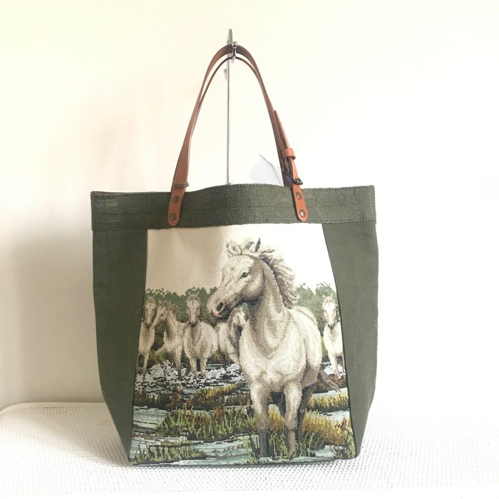 sac avec des chevaux de camargues