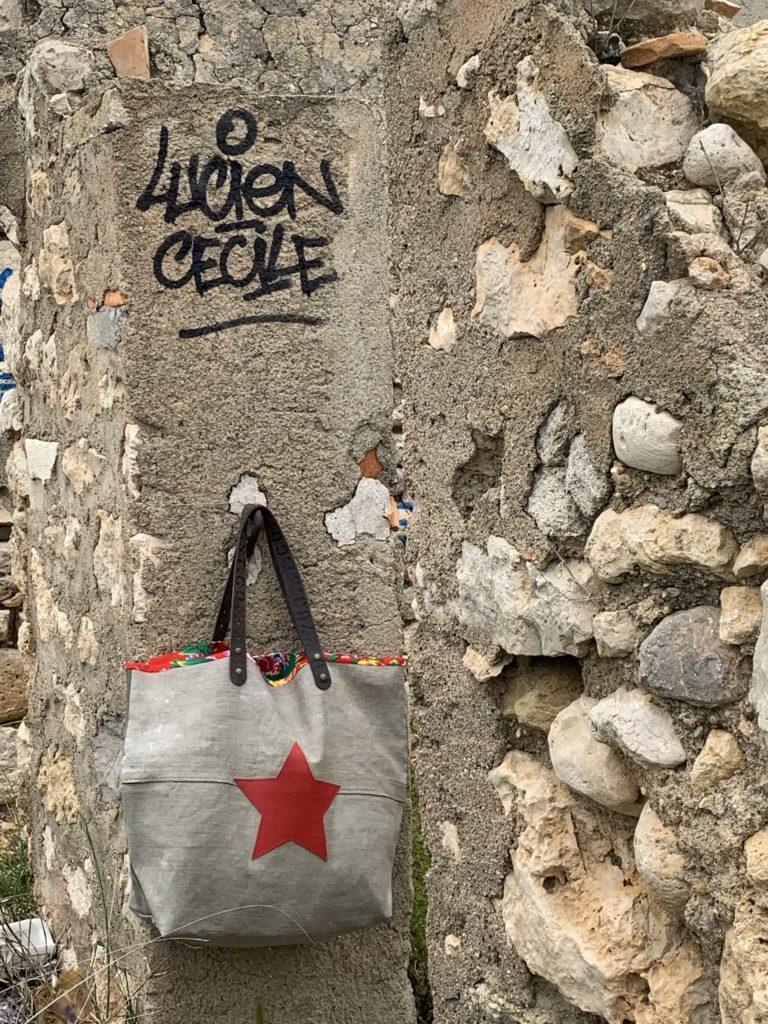 sac gris avec grosse étoile rouge