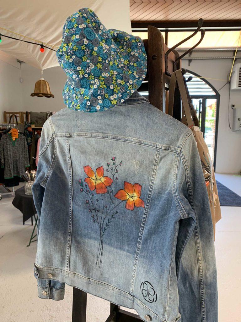 veste en jean sur porte-manteau